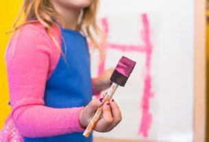 Une petite fille faisant de la peinture.